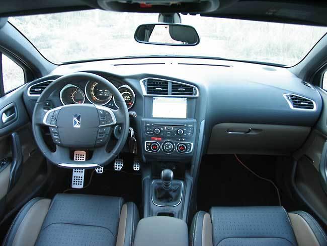 El volante achatado se está convirtiendo en un elemento decorativo más de un coche, incluido el Citroën DS4