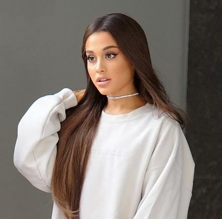 Ariana Grande lleva su amor por las botas mosqueteras a otro nivel en su último look: bienvenidos al imperio del neón