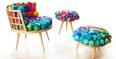 Recicladecoración: trozos de seda sobre madera para que los asientos sean más cómodos