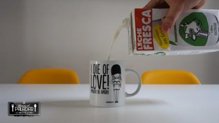 La manera correcta de servir la leche (y su explicación científica)