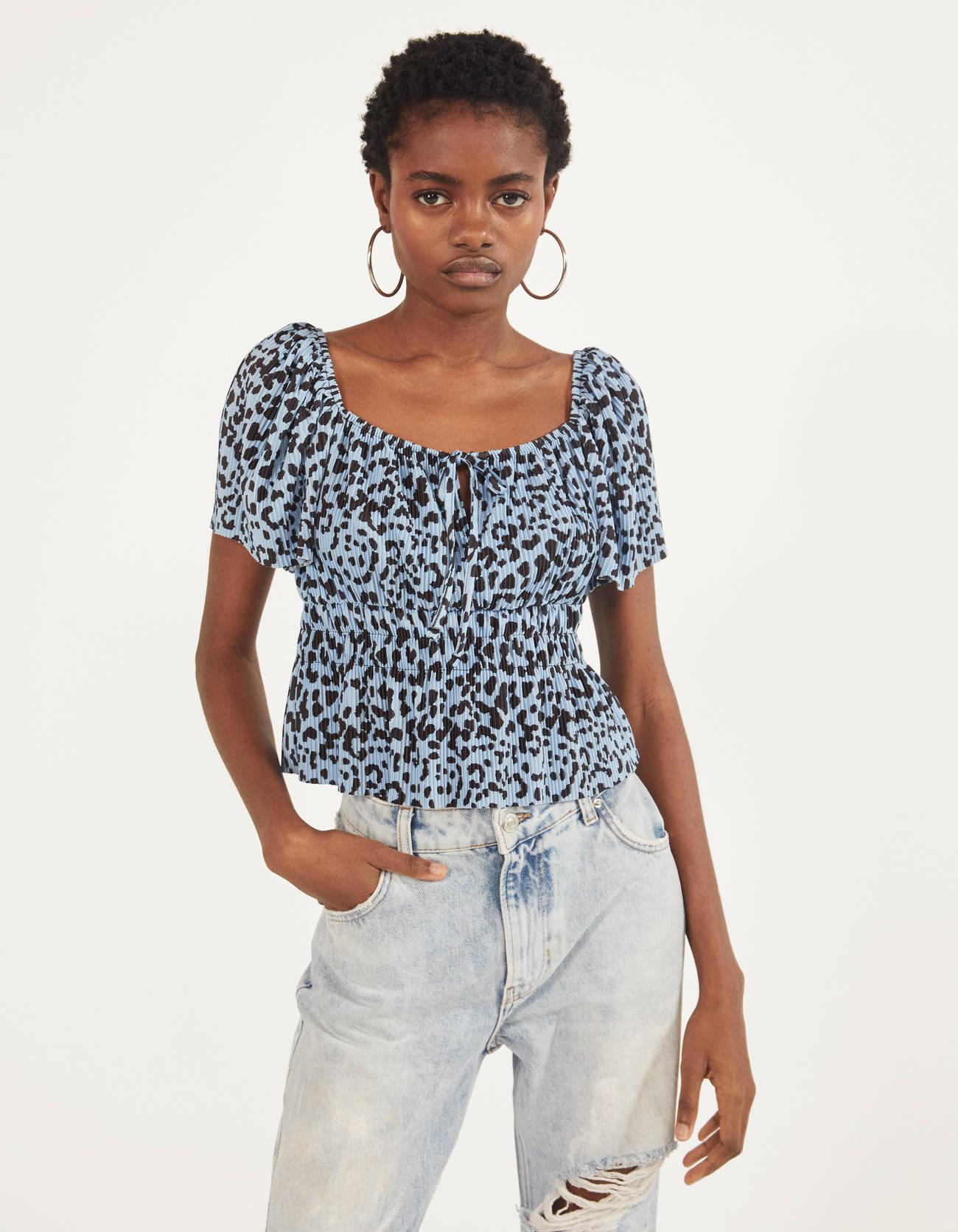 Blusa plisada con estampado de leopardo