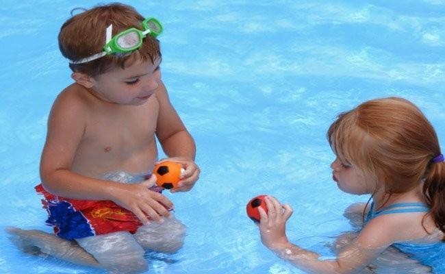 niños-piscina