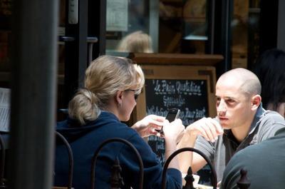 ¿El servicio del restaurante te parece lento? Puede que el móvil tenga la culpa