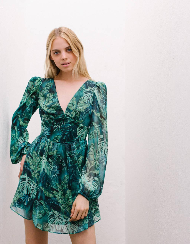 Vestido con estampado tropical de color verde.