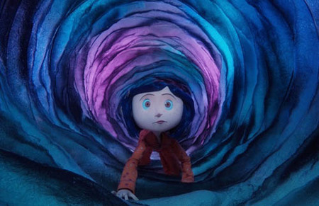 """Coraline gateando hacia """"el otro mundo""""."""