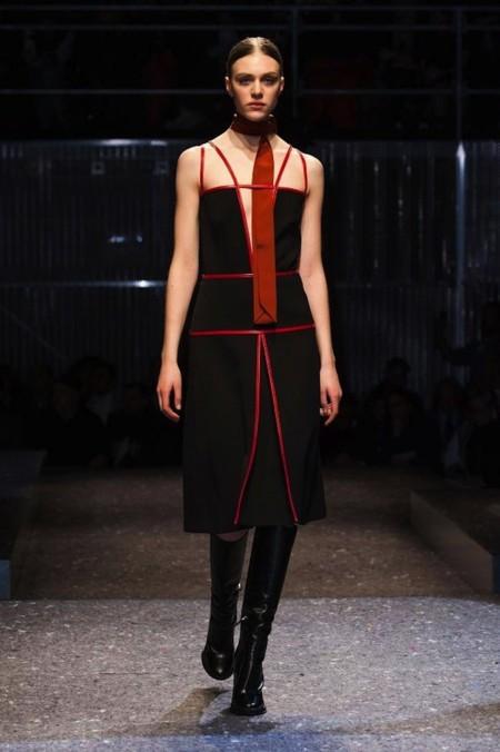 Prada vestido negro Lupita Met 2014