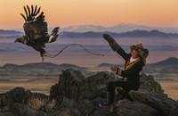En Mongolia, una niña de 13 años practica el arte de la cetrería con un aguila real