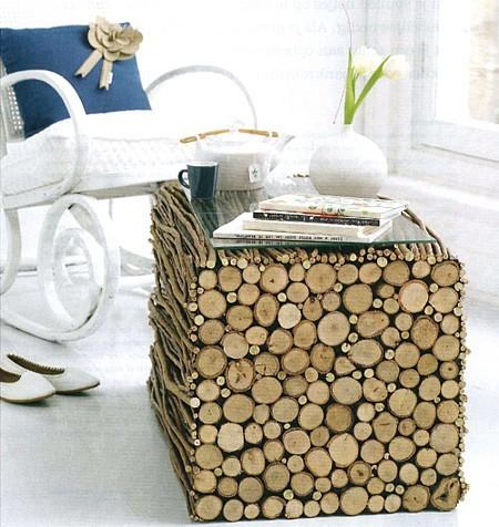 Una mesa de centro hecha con troncos