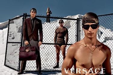 Benjamin, Nathaniel y Lukasz protagonizan la nueva campaña para la próxima primavera de Versace