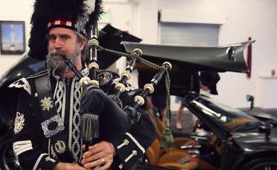 Si te compras este Pagani Huayra Scozia, te lo entregan unos chicos con faldas que te tocan la gaita