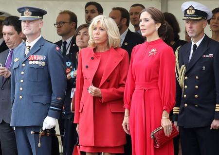 Duelo de estilo en color rojo: Brigitte Macron y Mary de Dinamarca coinciden en color pero no en estilo