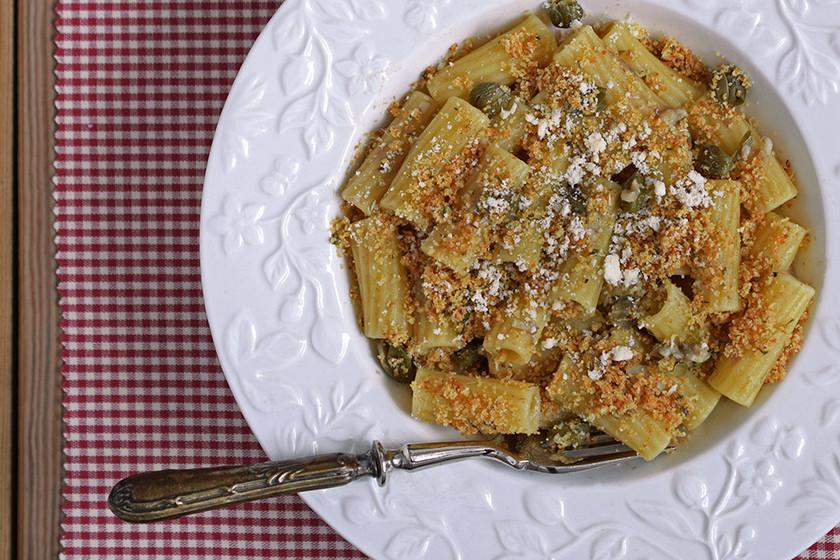 Tortiglioni con anchoas, alcaparras y pan rallado al pimentón. Receta de pasta sencilla