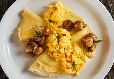 Crepas de huevo y champiñones. Receta fácil para el desayuno