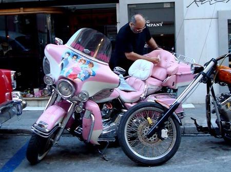 El color de una moto conducida por una mujer ¿Rosa o no?