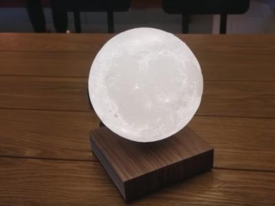 ¿Buscas regalos originales? Esta lámpara LED con forma de luna que levita no dejará indiferente a nadie