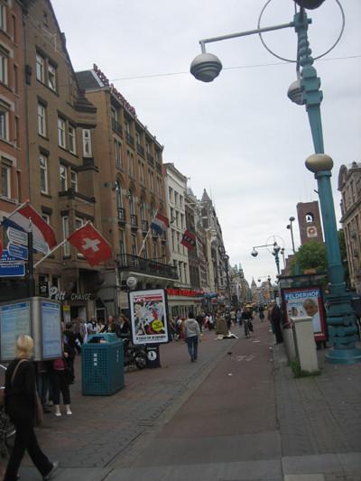 La avenida Damrak y la Bolsa (Ámsterdam)