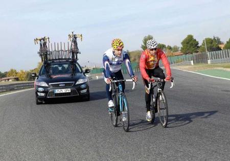 Mikko Hirvonen y Carlos Sastre en bici sobre el Jarama