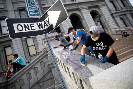 Protegiendo tiendas de los saqueadores y dándole agua a la policía: la otra cara de las protestas de EEUU