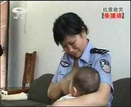 La policía china que amamantó a bebés huérfanos en el seísmo es ascendida