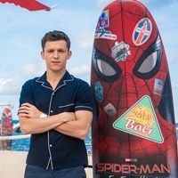Tom Holland revive la camisa pijama para la promoción de Spider Man en Indonesia
