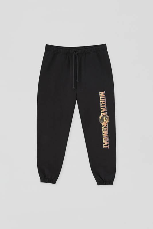 Pantalón jogger en negro con estampado