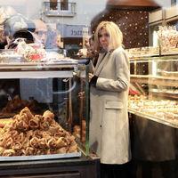 Brigitte Macron sabe firmar looks muy básicos (pero estilosos)