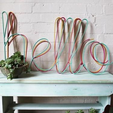 """Recibe a tus invitados de manera original poniendo un """"Hola"""" en tu recibidor"""