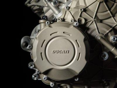 Un sonido que te alegrará el día: los 210 cv del V4 Ducati Desmosedici Stradale cabalgando en Mugello