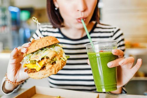Comida rápida vegana, ¿es una opción mejor que la que contiene carne? Te mostramos algunas opciones saludables