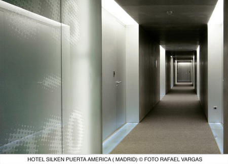 hotel puerta América - Gluckman - pasillo