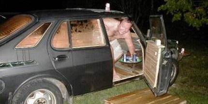 Saunaab, un Saab 900 convertido en sauna y barbacoa