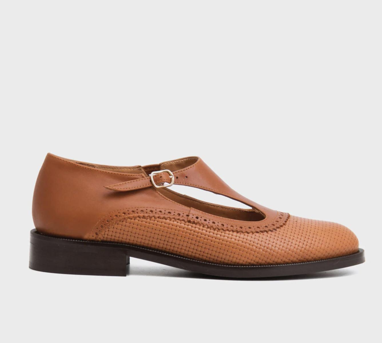 Zapatos planos de mujer Naguisa de piel marrón con cierre de hebilla