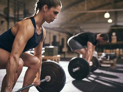 Entrenar con pesos altos en el gimnasio no siempre merece la pena (y la ciencia te explica por qué)