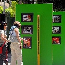 Gente en una exposición en la calle