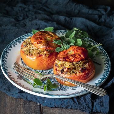 Tomates al horno rellenos de quinoa y feta. Receta vegetariana