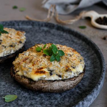 Champiñones portobello rellenos de crema de cebolla y queso, con esta receta vegetariana te vas a chupar los dedos (hasta el codo)