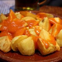 Cuántas calorías tiene una ración de patatas bravas (y cómo elegir las más ligeras)