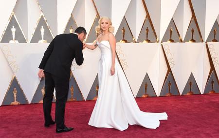 Los 46 vestidos de la historia de los Oscar que pueden inspirar tu vestido de novia