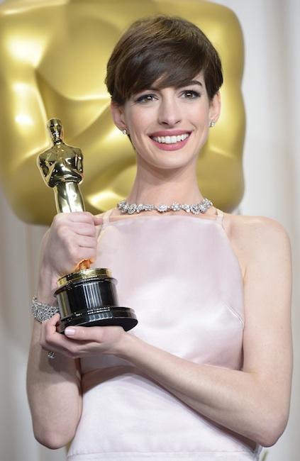 Anne Hathaway se llevó el Oscar a mejor actriz secundaria con joyas de Tiffany & Co.