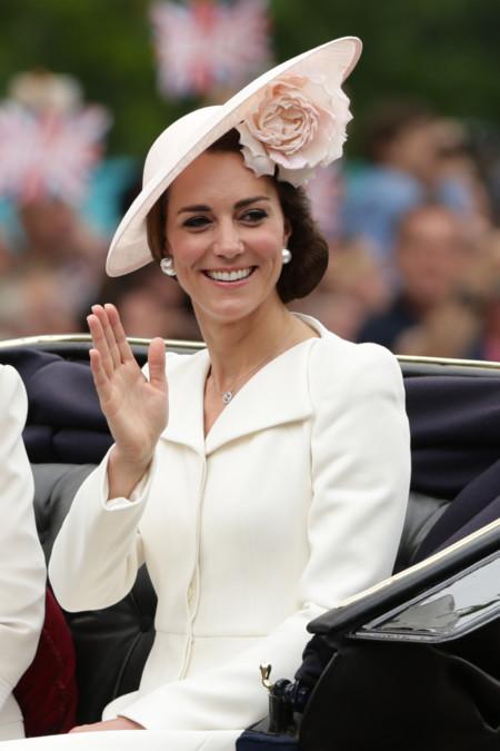 Desfile de tocados en el cumpleaños de la Reina Isabel II