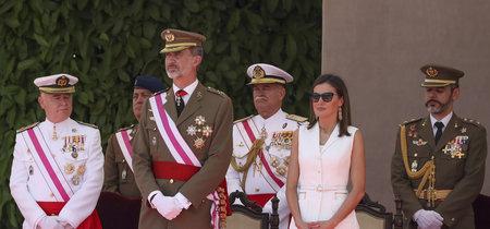 La Reina Doña Letizia vuelve a apostar por Varela y por el blanco, con las gafas de sol más estilos lucidas hasta el momento