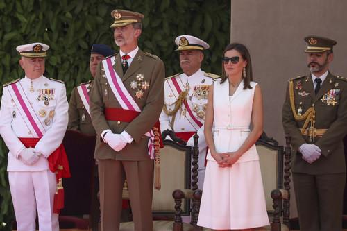 La Reina Doña Letizia vuelve a apostar por Varela y el blanco, con las gafas de sol más estilosas lucidas hasta el momento