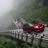 """Así sube 999 escalones un Range Rover Sport PHEV: directo a """"las puertas del cielo"""" en China"""