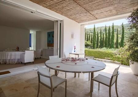 Una mesa redonda en la mansión de Sara Carbonero