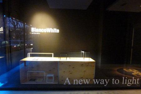 Lámparas de sobremesa luminosas BlancoWhite de Santa & Cole expuestas en Biosca & Botey, Barcelona