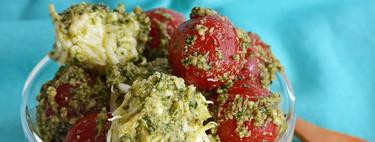 Ensalada de jitomate y queso con pesto de epazote. Receta saludable