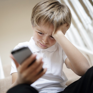 A los padres españoles les preocupa el ciberbullying y el grooming, pero no saben qué hacen sus hijos en internet