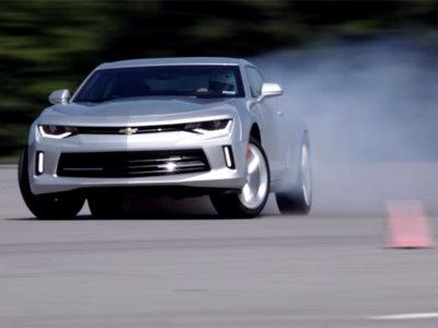 El nuevo Chevrolet Camaro lo ha puesto a punto un 'drifter': promete mucho, mucho humo (vídeo)