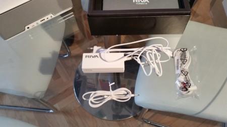 Detalle de los cables incluidos y del adaptador de corriente