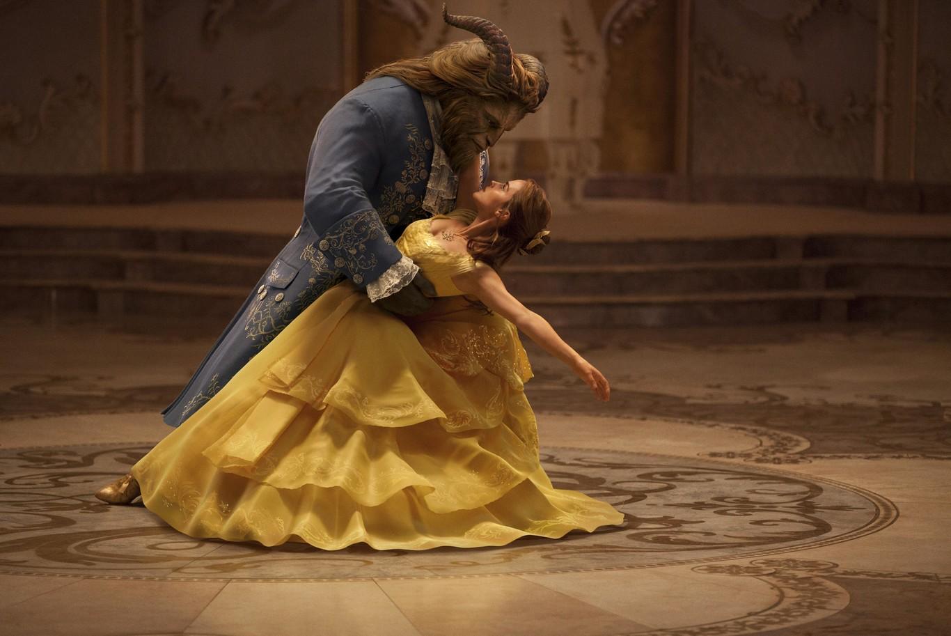 94e00881a El vestuario de  La Bella y la Bestia  es así de fascinante. Todas queremos  ser Emma Watson y llevar el vestido amarillo